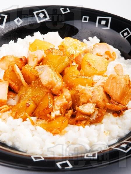 Пържени пилешки хапки с ананас и канела върху ориз - снимка на рецептата